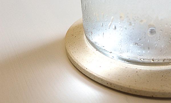 立風屋 日本製 珪藻土コースターはグラスに結露してついた水を吸います。だから・グラスを持ち上げたときに、グラスの裏にコースターが貼り付きません。・グラスを持ち上げたときに滴る(したたる)水で、衣類を濡らすことがありません。・グラスとコースターが触れ合う音と感触が高級感を醸します。気の利いたおもてなしツールだから、大事なお客様を迎えるのに最適です